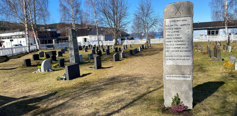 Bilde av bauta på Hommelvik kirkegård rest til ære for de som falt under andre verdenskrig