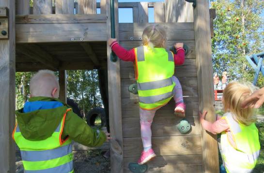 Årsplan 2020 - Vikhammeråsen barnehage - barn som klatrer.png