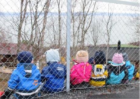 Årsplan 2020 - Vikhammeråsen barnehage - barn ved gjerde.png