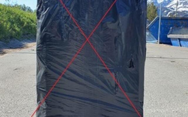 svart søppelsekk rødt kryss mindre