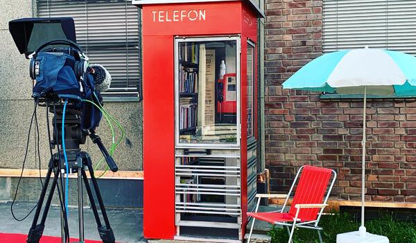 Fra direktesendt åpning av lesekiosken i Kirkegata i Lillehammer sentrum (Foto, Anne-Thea Haavind)
