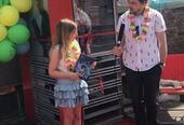 Elev fra Hammartun skole åpner lesekiosken med kultursjef Olav B