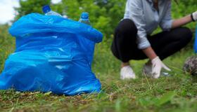 Illustrasjonsbilde av person som plukker søppel.