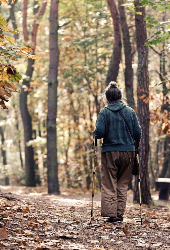 Einsam kvinne i skogen