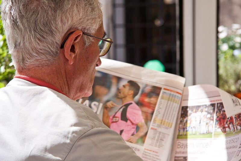 Eldre mann leser avis
