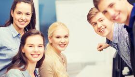 Illustrasjonsbilde av ungdommer som sitter rundt et bord.