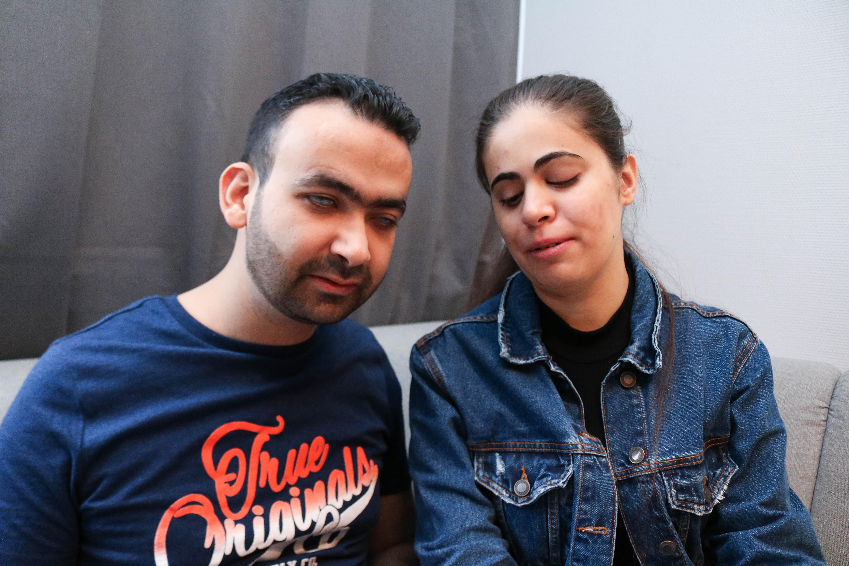Mann og kvinne sitter tett sammen i en sofa, begge er blinde.