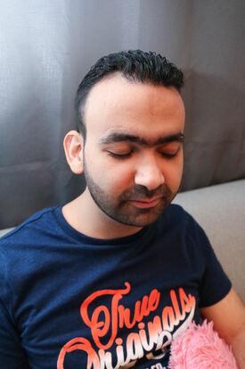 Portrettbilde av døvblind mann. Høydefoto.