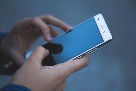 Telefon i hendene