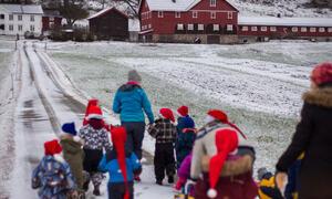 Barnehagen på Snarteland for å gje graut til nissen