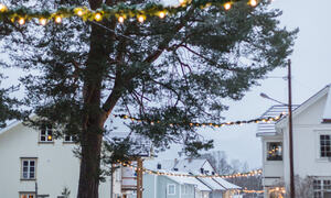 Nysnø og julepynt på plass i Folkestadbyen