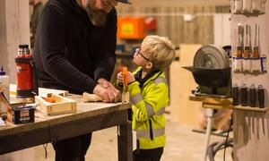 Fyril Friluftsgruppe laga fuglekasser i verkstaden til Andreas Valebjørg