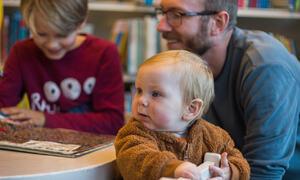 Torben, Greger og far Oddbjørn på biblioteket