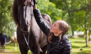 Vilde og hesten Ari på Skeidet