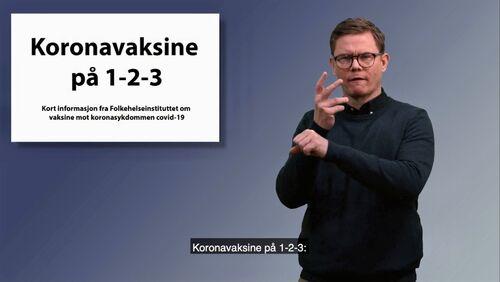 Skjermbilde av en mann som på tegnspråk forteller om vaksine mot koronasykdommen covid-19.