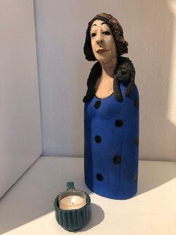 Dame m blå kjole og kopp