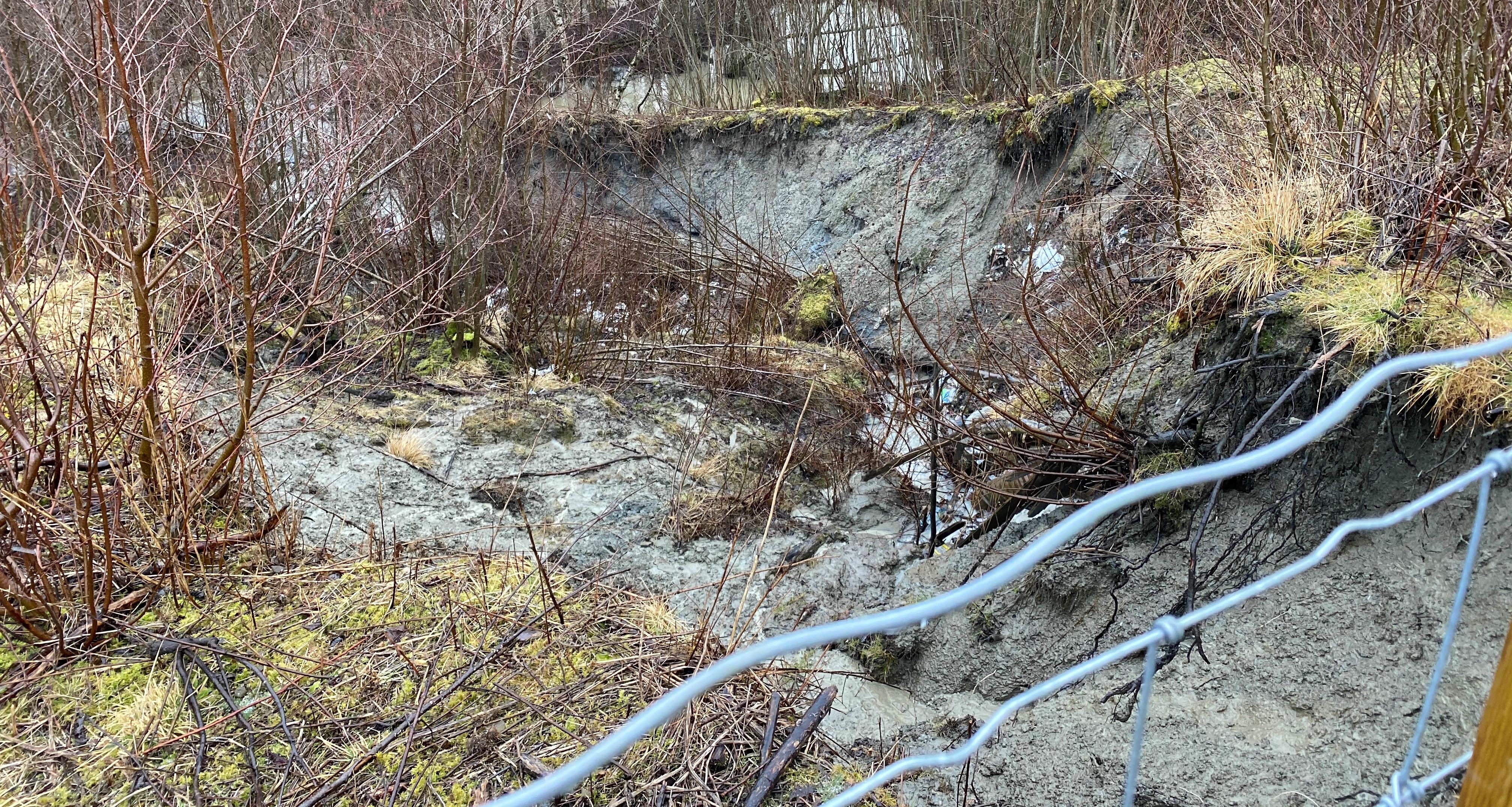 Sikrer forholdene på Skjenstad - Det blir gjort tiltak for å sikre at det ikke raser ut mer ved den gamle søppelfyllingen.jpg