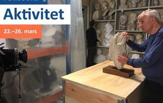 Mann med døvblindhet undersøker en skulptur med hendene sine.