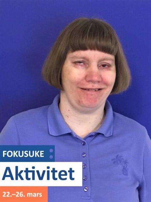 Portrettbilde av døvblind kvinne, med fokusukelogo nede på sida.