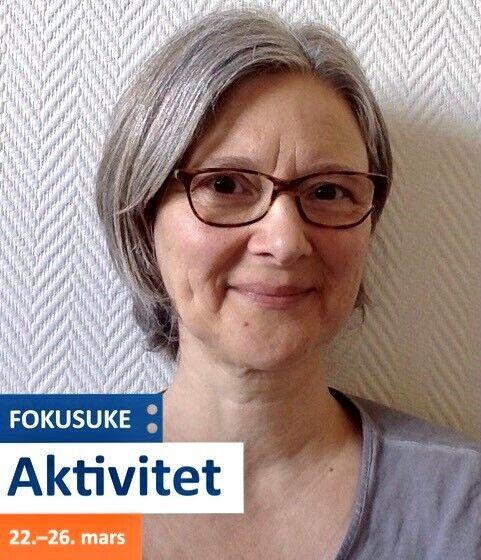 Portrettbilde av kvinne med briller, fokusukelogo nede til venstre.