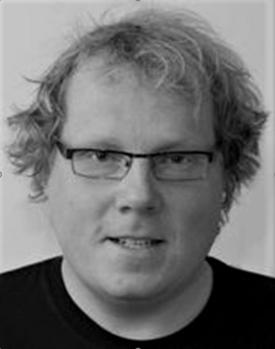 Sort-hvitt bilde av mann med smale, firkanta briller.