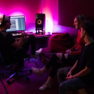 3 personer i en musikkproduksjon
