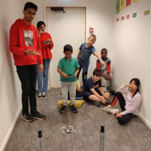 Barn er samlet rundt en drone