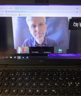 Mann på PC-skjerm, han holder en forelesning på et fagwebinar.