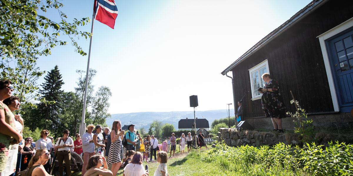 Flagget til topps: Lillehammer UNESCO-litteraturby ble offisielt åpnet av daværende kulturminister Trine Skei Grande under Litteraturfestivalen i 2018. Stedet var Sigrid Undsets hjem, Bjerkebæk.