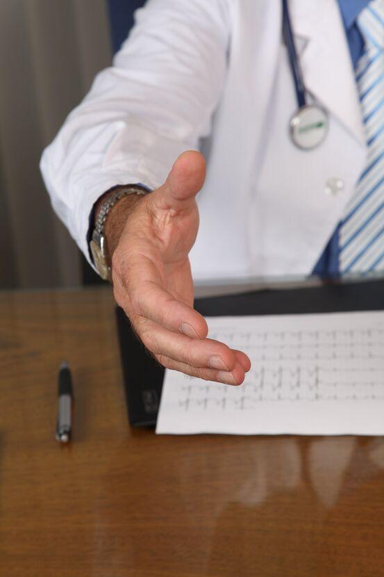 Doktor lege si hand