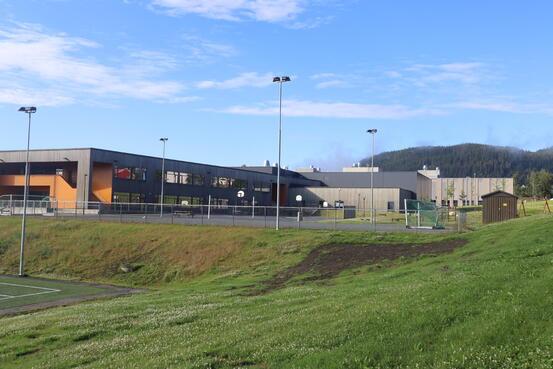 Det jobbes for at deler av skolegården skal kunne være åpne igjen til skolestart.