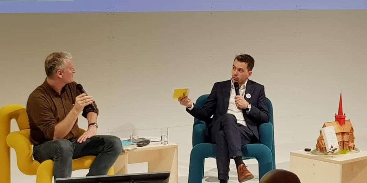 LJUGING: Forfatter Lars Mytting i samtale med kultursjef Olav Brostrup Müller under Bokmessen i Frankfurt i 2019. Foto: Terje Kongsrud.