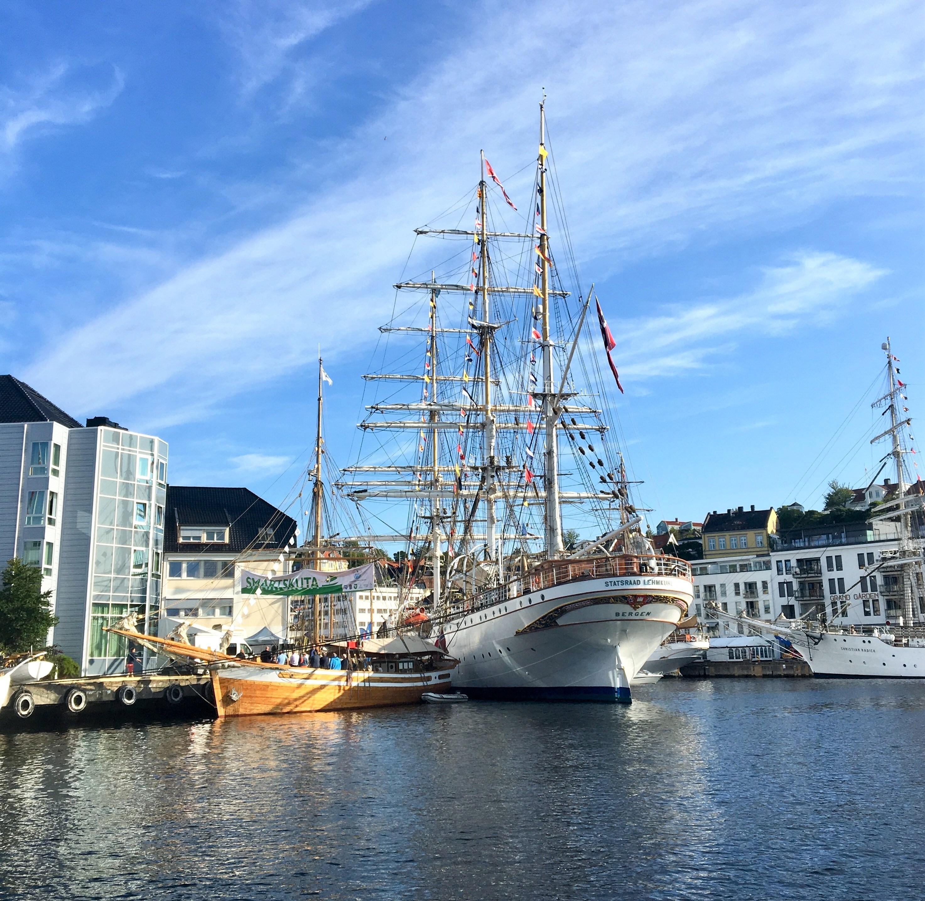 Seilskuter ligger til kai i en norsk sørlandsby.