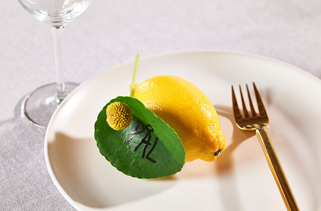 Bordkort med grønt blad og sitron