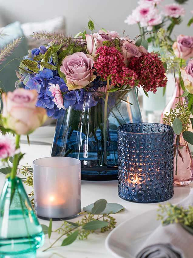 Miks med blomster, vaser og telys