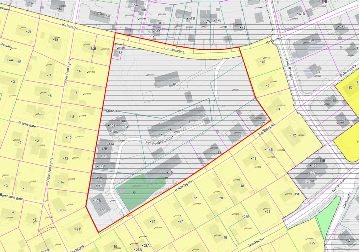 Planområdet markert med rød linje ifht. gjeldende kommuneplan og eiendomsgrenser.