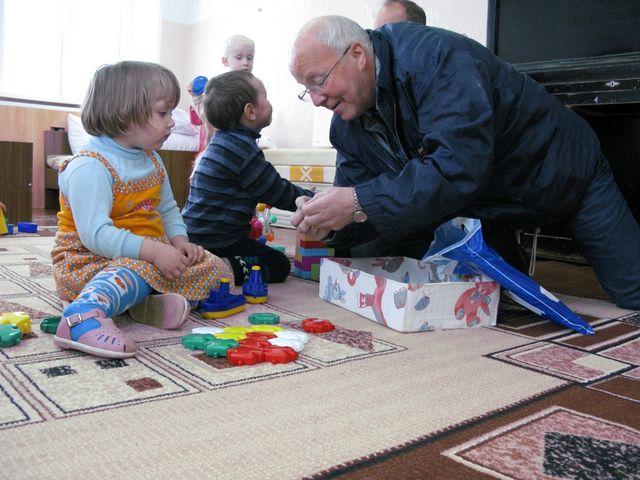 J�rgen leker med barnhagebarna 2